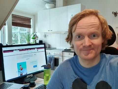 PÅ HEIMEKONTOR: Simen Longva har til vanleg jobben sin på Skatteetaten på Leikanger, men til liks med mange andre har han blitt plassert ved kjøkenbordet på heimekontor.