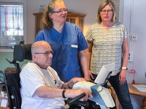 UT PÅ TUR: No kan Kåre (86) og dei andre bebuarane ved Årdal sjukeheim halda seg i form og samstundes nyta den fine naturen i nærmiljøet. - Me er veldig takksame for at elevane ved Tangen skule ville ta på seg denne oppgåva, seier ergoterapeut Heidi Skeie.  Til venstre fysioterapeut Grytsje Kooistra.