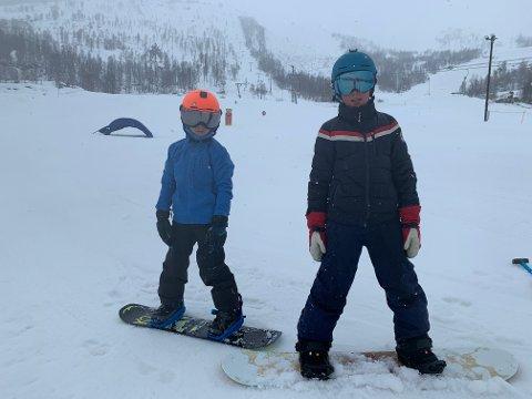 TØFFINGAR: Regn, vind og stengt skitrekk stoppar ikkje Erlend Harkjerr Henden (8) og Karl Robert Lorentzon Brenden (10).