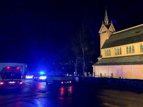 RYKKA UT: Brannvesenet var raskt på staden då alarmen gjekk i kyrkjetårnet på Årdal kyrkje.