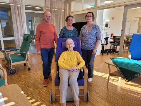 REAGERER: Ingvarda Larsen bur på sjukeheim i Sogndal og har mista støttekontakten. Barna Jan Børge, Anne Margrete (midten) og Solveig reagerer på kommunen sitt vedtak.