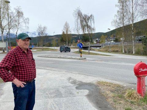 UROA: Vaktmeister Karstein Teigen, snart 79 år, etterlyser oppmerka gangfelt mellom dei to gangvegane. Slik det var tidlegare.