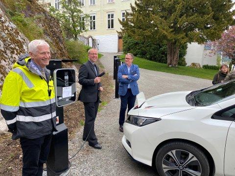 NYE PUNKT: Johannes Rauboti, Arnstein Menes, Sigurd Kvikne og Berit Hornnes var alle på plass då nye ladepunkt vart sett i bruk i Kviknehagen i Balestrand.