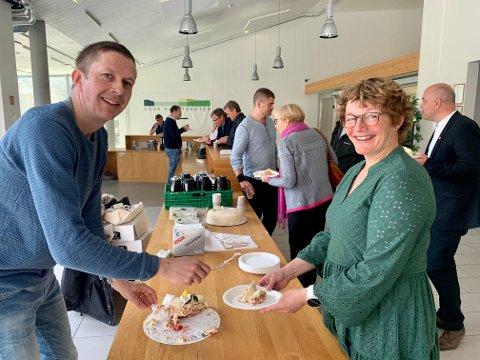 KAKEFEST: Per Åke Evjestad og Lærdal golfklubb spanderte kake på dei folkevalde etter det historiske vedtaket. Britt Bruflot Gram (Sp) var henta inn som vara spesielt for høvet, ettersom Viktor Yttri hadde meldt seg ugild.