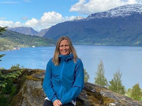 UT PÅ TUR: Berit Skjerdal, leiande helsesjukepleiar i Luster, har måtte leva med å vera tilgjengeleg både for smittesporing og andre koronarelaterte utfordringar.
