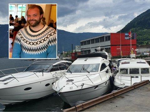 BETRING I SIKTE: Tilreisande båtfolk har avgrensa tilbod når dei kjem til Sogndal. No lovar Joakim Systaddal i kommunen snarleg betring.