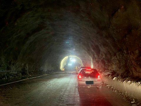 SEIMSDALSTUNNELEN: Det omfattande prosjektet fører til at tunnelen er stengd i periodar. Bilistar slepp gjennom i kolonne til faste tider medan det går føre seg arbeid i tunnelen. Biletet er teke i slutten av april.