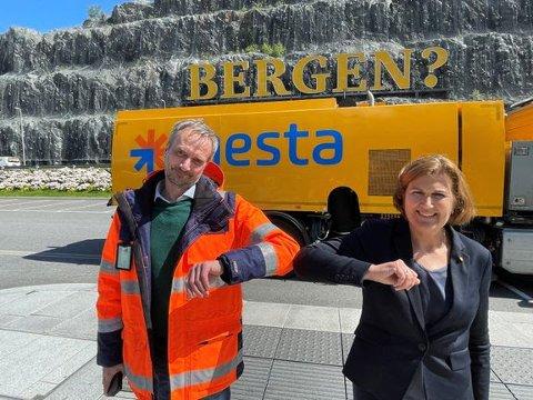 TRE KONTRAKTAR: Mesta-direktør Rolf Dale og vegdirektør Ingrid Dahl Hovland signerte tre kontraktar for drift av vegar på Vestlandet.