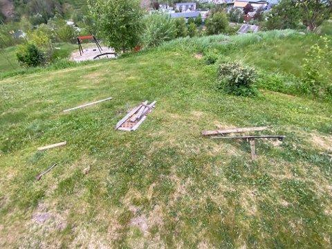 KNUST: Benken som sto ved gangvegen på sjukeheimen på Leikanger er øydelagd.