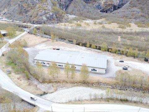 NY PARKERINGSPLASS: Område for ny parkering i tilknyting til Aurlandsdalen er grasarealet mot Sva bru.