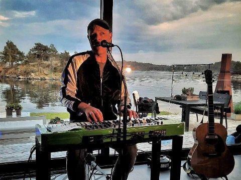 VISESONGAR: Asbjørn Ribe, som til hausten kjem ut med sitt sjuande soloalbum, er omreisande visesongar. No er han på mikroturne med huskonsertar, og vil gjerne spela i ei sognestove.