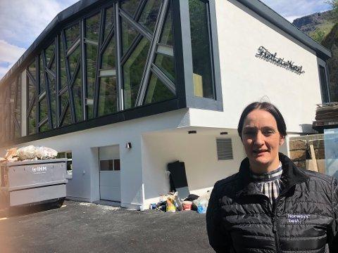 FRAMTIDSLØFT: – Me har investert i framtida, seier konferanseansvarleg Marita Brekke. I neste veke opnar det nye konferansesenteret ved Fretheim hotel til over 30 millionar kroner. No berre gler ho seg til å koma i gang.