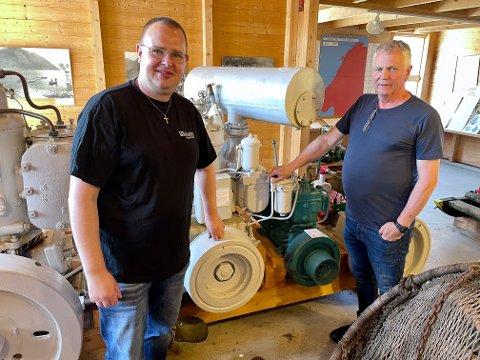 KULTURSJELER: Lars K. Hansen og Tore Røyrvik er begge med stiftinga for båtmotorsamlinga som Kristian Otterskred samla inn over fleire tiår.