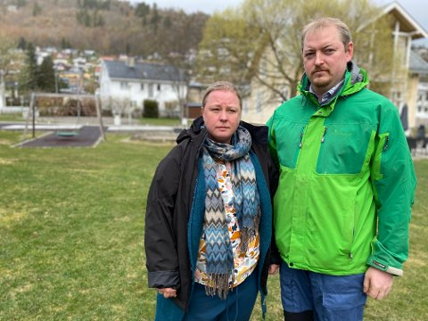 SLITNE OG FRUSTRERTE: Anne Katrin Bøyum og Johann Njaastad kan ikkje forstå at det skal vera så vanskeleg å få til arbeidsavtale slik at dei kan halda fram med den gode, trygge og stabile avlastningstilbodet til den seks år gamle dotter si med Downs syndrom.