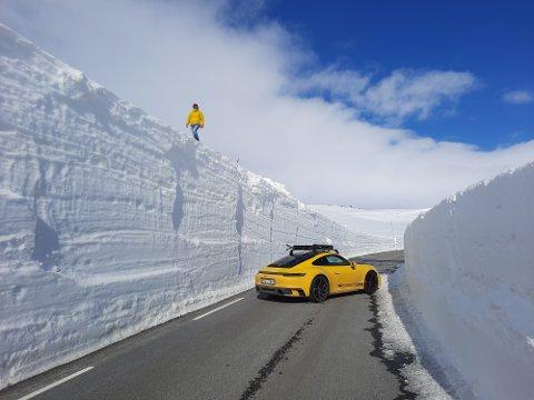 ATTRAKTIVT: Fjellovergangar med spektakulære vegar og høge brøytekantar er attraktivt for motorentusiastar. Her på Sognefjellsvegen med ein Porsche S4.