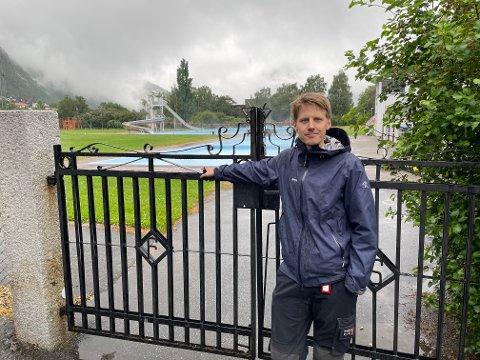 TJUVBADING: Stephan Øren (R) reiste spørsmål om ulovleg bading på nattetid i friluftsbada i Årdal kommune.
