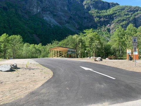 HJELLE: Her ved inngangsporten til Jotunheimen har parkeringsplassen fått seg ei skikkeleg opprusting.