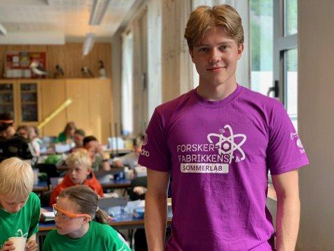 ENGASJERT KURSHALDAR: Andreas Reseland (20) frå Årdal er ein av kurshaldarane på Forskarfabrikkens Sommarlab.