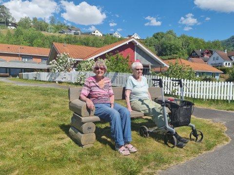 FØRSTEMANN: Solveig Hagen og Solveig Nilsen er dei første som fekk prøva den flunka nye benken på Leikanger sjukeheim.