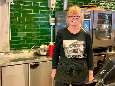 JUBILANT NESTE ÅR: Karin Myrland (54) har jobba på Veekiosken i Øvre Årdal sidan ho var 16 år