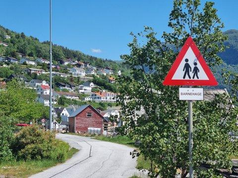 NYGAMALT: Sogndal kommune har bytt ut det gamle og slitne skiltet med eit flunkande nytt, men er minst 13 år for seint ute. Barnehagen her vart nedlagd i 2008.