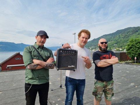 INNSPELING: Systrondsbandet Båååv brukte laurdagen i heimbygda for å rigga og filma den første musikkvideoen i sin. F.v  Christopher Zibell, Sven Sørensen og Tornd Frækaland.