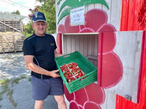 SESONGOPNING: Omar Vangsnes og Sognabær fekk dei første jordbæra i korger måndag.