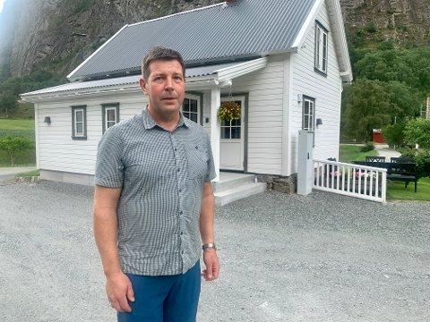 TRIVELEG TUN: Olav Grøttebø (52) har saman med far Johan og son Jakob brukt 3000 timar på å restaurera den gamle stova og tunet rundt.