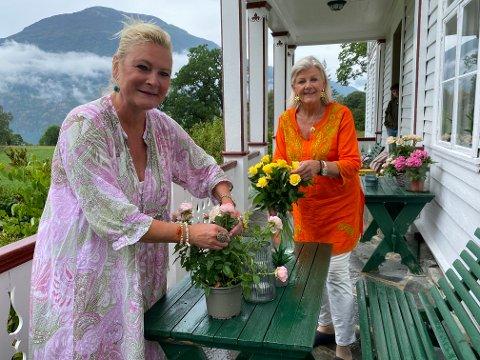 AUGE FOR DETALJAR: Gunvor Røkholt og Elisabeth Esmark førebur dekoren før gjester og dugnadsmedarbeidarar kjem.