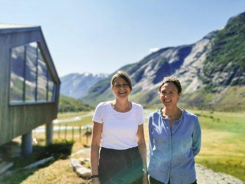 TRIVST: Randi Bjørnbeth og Laila Hjellvoll trivst som vertinner på Tungestølen turisthytte i Veitastrond.
