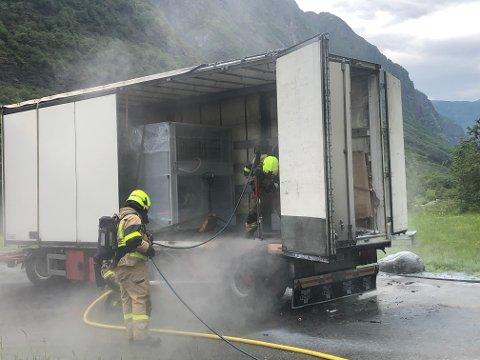 RØYKDYKKARAR: Aurland brannvern rykte raskt ut til lastebilen som tok fyr i Flenjatunnelen.