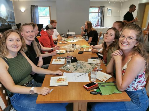 ERFARNE: Trass i lang ansiennitet som sommartilsette i reiselivsnæringa, tykte jentene frå Jostedalen det var spennande med seminar. Framme frå venstre: Helene Halveg (23) og Hylkje Hess Elgersma (25). Bak: Trude Kveane (22) og Sofie Webb.