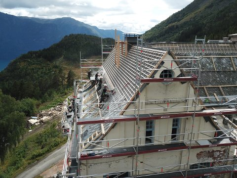 I FULL SVING: Byggmeister Kjos jobbar no med taket på hovudbygningen på Harastølen og investoren fortel om god framdrift.