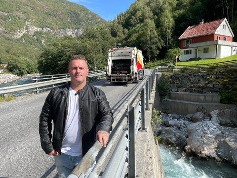 VENTAR: Lars Martin Bergerud har lenge frykta at det skal skje ei ulukke ved brua i Ålmennhagen i Øvre Årdal og har kravd tryggingstiltak på den utsette vegstrekninga. No får han politisk draghjelp i kampen om ein tryggare skuleveg.