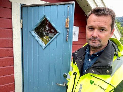 ALVORLEG: Ole Petter Ramberg i Vik kommune ved ei leikestovene i Vik barnehage, i vindauga er det ikkje mindre enn sju kulehol.