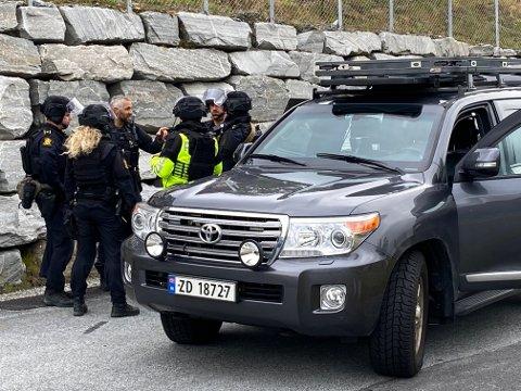 AKSJON: Politiet har sendt store styrkar til Helgheim, og fleire er utstyrt med våpen og sikkerheitsutstyr.