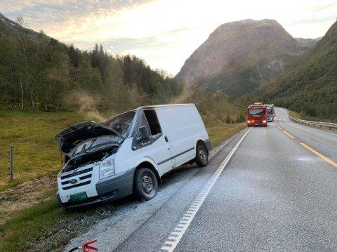 FEKK HJELP: Føraren fekk hjelp av forbipasserande til å sløkkja, mellom anna frå ein trailersjåfør som bidrog med fleire pulverapparat.