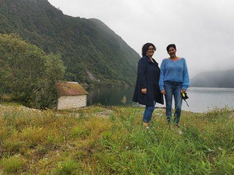 SJØTOMTER: Heidi Beinnes og Ingun Indrebø står i framkant av ei av dei fremste tomtene som no ligg ute for sal.
