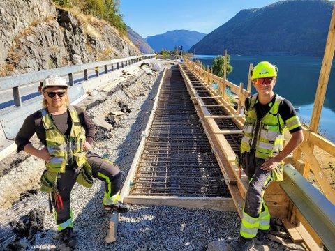SOLID FORSKALING: Måndag vert denne forskalinga fylt med 18-20 kubikk betong. Jøran Berdal (t.v) og Eirik Hopperstad er klare til å ta i mot betongbilen.