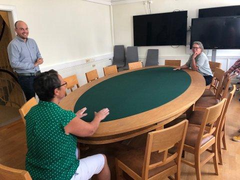 Å PLASS ATT: Det gamle formannskapsbordet frå 1939, med tilhøyrande stolar, er kome på rett plass att. Her er det (f.v.) Karen Marie Hjelmeseter (Sp), konstituert kommunedirektør Tor-Einar Holvik Skinlo og varaordførar Vibeke Johnsen (SV) som testar klenodiet.