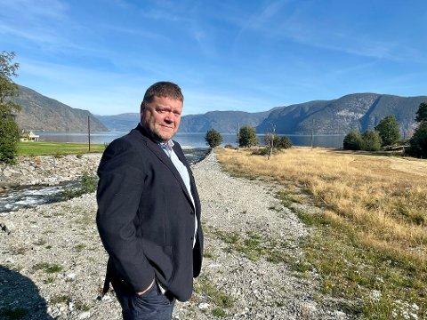 HÅPAR PÅ UTBYGGING: Ordførar Roy Egil Stadheim er spent på om Benchmark Holding satsar på ei større utbygging på arealet langs Storelvi i Fresvik.