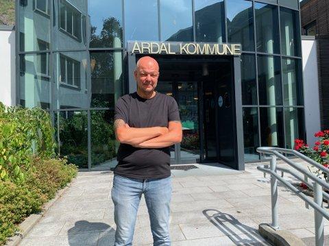 KORONAUTBROT: Ordførar Hilmar Høl seier at Årdal kommune har testa godt over 300 personar og at 199 er sett i karantene. Det er 23 verifiserte tilfelle av smitte.