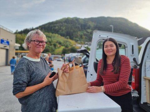 GODT NØGD: Astrid Sandnes kom rett frå trening for å kjøpa vårrullane til Yada Nakyen.