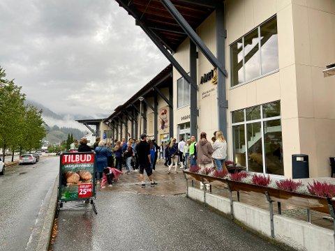 EVAKUERTE: 370 personar evakuerte Amfi Sogningen laurdag ettermiddag då kjøpesenteret hadde brannøving.