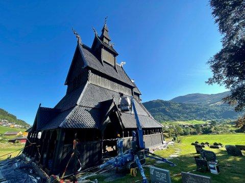 RUNDE TO: Stavkyrkja på Hopperstad i Vik vart dekka med 375 liter tjøre tidlegare i september.