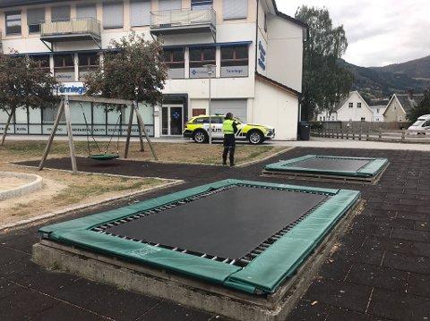 UNG ALKOHOLFESTING: Natt til søndag hadde politiet mykje å gjera i sentrumsparken i Sogndal. No oppfordrar dei foreldra om å ta seg ein alvorsprat med ungdomane i heimen.