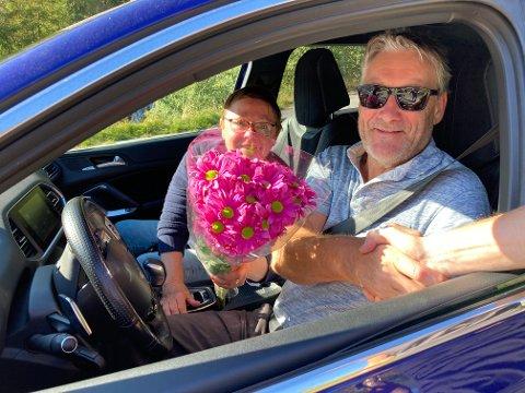 NUMMER 50.000: Jarle Mjølver og Irene Lad Johnsen fekk blomar og helsing av styreleiar Frank Eldegard då Tindevegen nådde ein milepæl på 50.000 passeringar.