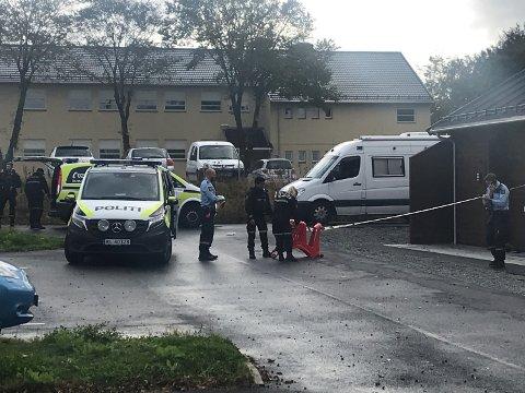 Vår journalist på stedet melder på store politistyrker og politifolk utstyrt med skjold, etter at en person ble angrepet med en spiss gjenstand torsdag ettermiddag.