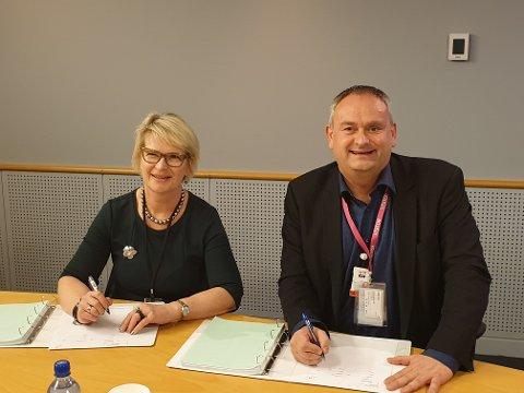 Kjersti Vinje Drevdal (Contract Manager eJIC Johan Sverdrup Project Phase 2) og Vidar Haugland (VP IKM Testing) er begge fornøyd under signering av kontrakt.
