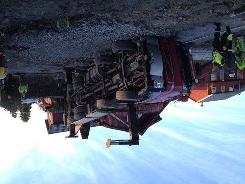 En lastebil veltet innenfor byggegjerdet i Grotnes allé.